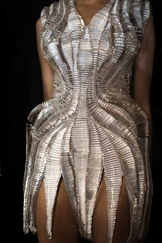 Fashion designer Iris van Herpen is widely recognized as one of fashion's most talented and forward-thinking creators who continuously pushes the boundaries of fashion design. Geometric Fashion, 3d Fashion, Fashion Details, Couture Fashion, High Fashion, Fashion Design, Origami Fashion, 3d Printed Fashion, Iris Van Herpen