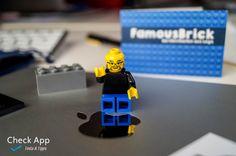 Büropost, was man da nicht immer zu sortieren hat. Hier eine Rechnung, dort ne Einladung. Doch da ist etwas interessantes: Ein dicker Luftpolsterumschlag aus Lindau am Bodensee ist gekommen! Darauf der Aufdruck: FamousBrick – Berühmtheiten aus Lego. Gleich geöffnet schielt mir da auch schon die Visitenkarte eines Herrn Steve Jobs entgegen. Was da verpackt kommt, …