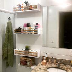 Prateleira para banheiro: 25 fotos e outros tutoriais para fazer essa peça Small Flat Interior, Bathroom Makeover, Home Decor, Living Room Mirrors, Small Bathroom, Flat Interior, Bathroom Design Luxury, Bathroom Decor, Bathroom Inspiration