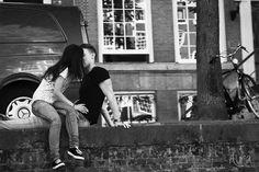 #love #amor #beso #kiss #amsterdam #holland #holanda #byn #b&w #river #rio #bicicleta #bike #pareja #couple