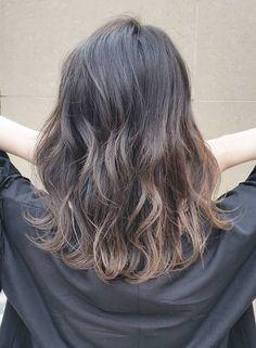 鎖骨くらいの長さにカットし、表面にレイヤーを入れて動きの出るミディアムスタイル。デジタルパーマで無造作なカール感をプラス!乾かすだけで決まるお手入れ簡単な髪型です!朝時間がないときは結ぶだけでも可愛いですよ☆カラーはサファイアグレージュで赤みをなくして透明感のあるヘアに!