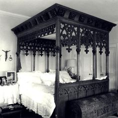 33 Modern Interior Decorating Ideas Bringing Vintage Style with Chests and Trunks - Beautiful Gothic bed that I need in my life. I now feel incomplete without it - Gothic Interior, Gothic Home Decor, Modern Interior, Vintage Gothic Decor, Vintage Style, Gothic Bedroom Decor, Steampunk Interior, Gothic Room, Interior Office