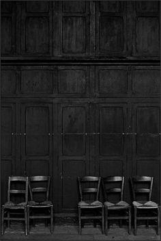 schlichtes-schwarzes-Interieur-schwarze-Wände-schwarze-retro-Stühle