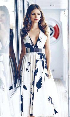 Love this print dress from carolina herrera Perfume Carolina Herrera, Carolina Herrera Dresses, Donna Karan, Classy Outfits, Beautiful Outfits, Casual Outfits, Dress Skirt, Dress Up, Moda Vintage