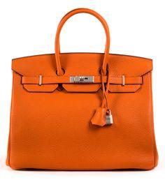 Ca. 25 x 35 x 18 cm. Orangefarbene Lederhandtasche mit Palladiumbeschlägen. Lederinnenraum mit einem Reißverschluss- und einem Steckfach. Anbei...