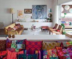 """""""Muitas cores e uma boa varanda: estes foram os truques da designer Ana Morelli para deixar seu apartamento com jeito de casa"""" Lufe Gomes/Casa e Jardim"""