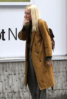 New Emma! Stone was seen smoking a cigarette and wearing a wig while shooting a scene for her new Netflix series Manic on Thursday Emma Stone Smoking, Emma Watson Smoking, Emma Roberts Smoking, Smoking Ladies, Girl Smoking, Emma Stone Outfit, Celebrity Smokers, Melanie Martinez Drawings, New Netflix