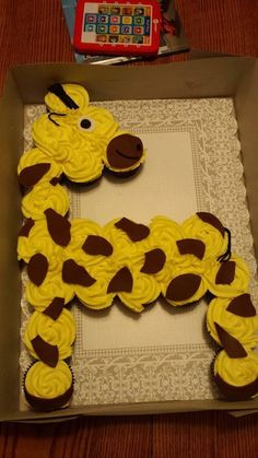 Giraffe cupcake cake
