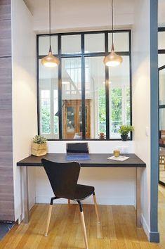 Optimisation d'une entrée et d'une cuisine Claustra bois, escalier bois et gris, porte grise, bureau, verrière, cuisine bois et blanche