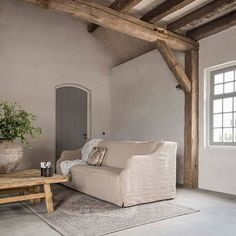 De landelijke woonstijl staat vaak gelijk aan een sobere woonstijl. Maar de mate waarin kan natuurlijk variëren. Zou jij deze kamer zo houden of voeg jij liever nog wat items toe. Klets gerust gezellig mee! #jouwmening #sober #harmonieus #landelijkwonen #meubelparkdebongerd #debongerd #landelijk #instawonen #styling #tips Home Interior Design, Interior Styling, Wabi Sabi, Barn Bedrooms, French Country Decorating, Minimalist Living, Cool Rooms, Rustic Interiors, Beautiful Interiors
