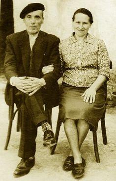 João Barbosa Lopes (ceramista natural de Galegos de São Martinho, Barcelos, Portugal), irmão de Casimiro Barbosa Lopes (meu avô) e de Rosa Barbosa Lopes (Rosa Ramalho) ao lado de sua esposa Emília Maciel Esteves. Saiu de Portugal para ir viver e constituir família na Galiza nos anos 20.