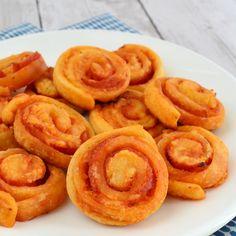Deze mini pizza rolletjes zijn ideaal voor bij de borrel. Je maakt ze supersnel en kunt dus binnen no-time wat lekkers op tafel zetten voor je gasten.