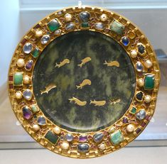 Paten of serpentine with inlaid gold fish, 1st century BCE or CE, with 9th century mounts, Louvre.jpg (2209×2170)