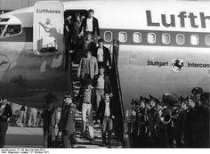 Rückkehr des Sonderflugzeuges auf dem Flughafen Köln/Bonn am 18.10.1977 mit Staatsminister Hans-Jürgen Wischnewski und der Einsatzgruppe GSG 9 des Bundesgrenzschutzes nach der geglückten Befreiung der Geiseln aus einem von Terroristen gekaperten Lufthansa-Flugzeug auf dem Flughafen Mogadischu (Somalia) This Day In History: Palestinian Terrorists Hijack A German Passenger Plane (1977)