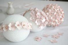 O trabalho para fazê-las é bem simples, apenas leva um pouco de tempo, pois a quantidade de flores necessárias para montar a bola de isopor é grande, mas o resultado final vale a pena.