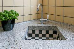 Jaren30woningen.nl | Voor in de #jaren30 keuken: #terrazzo aanrechtblad met geblokte spoelbak.