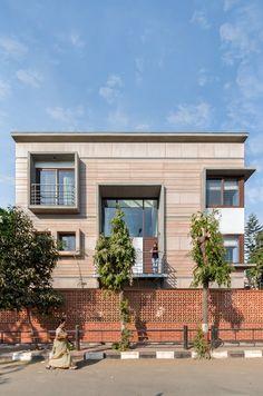 Vastey – The No wood House – Aangan Architects Courtyard Design, Courtyard House, Villa Design, Facade House, Indoor Courtyard, Modern Exterior House Designs, Modern House Plans, Exterior Design, Bungalow House Design
