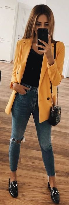 Really loving the color of the blazer and the style of shoe. Pairing the jeans with the oversized blazer makes it a sophisticated casual Casual Summer Outfits, Fall Winter Outfits, Spring Outfits, Dress Casual, Casual Winter, Mode Outfits, Fashion Outfits, Skirt Outfits, Look Blazer
