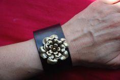 """Bracelet manchette """"camélia """" : manchette en cuir noir réglable camélia en laiton attache fil de lin enduit : Bracelet par lericheattirail"""