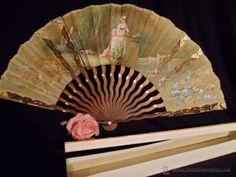 Abanico de madera con mariposas al oro, país pintado a mano, en abaniquero años 1920