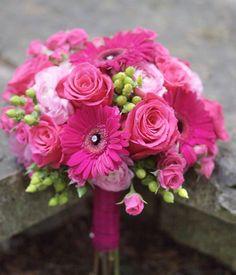 #HLo Tips: Bouquet en tonos magenta para quinceañera hecho de rosas, gerberas, lisianthus, hypericum entre otros.   Pegarle piedras a las gerberas hace que se vea mas trendy el concepto.