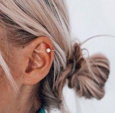 New piercing ear ring peircings ideas Innenohr Piercing, Cute Ear Piercings, Ear Piercings Helix, Helix Piercing Jewelry, Girl Piercings, Double Helix Piercing, Helix Ring, Double Cartilage, Tongue Piercings