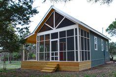 Kanga Room Systems conçoit et construit des structures préfabriquées dont des studios, des cabanes et des petites maisons. Le chalet présenté ici fait 4,87