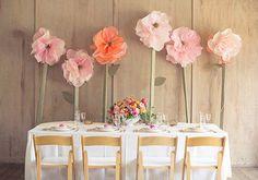 Je suis tombée sur ces fleurs en papier... et vous me connaissez j'adore ça! Je dois dire que quasiment à chaque fois que j'ai un coup de coeur sur un mariage... il y a des détails déco en papier! Je suis fan fan fan: vous l'avez d'ailleurs constaté en découvrant ma déco de mariage civil avec mes fleurs en papier!