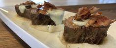 Filet de porc à l'érable, brie et bacon sur lit de pommes Brie, Pork Recipes, Cooking Recipes, Bacon, Main Dishes, Steak, Ethnic Recipes, Filet Porc, Jdm
