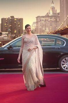 Omg that saree Deepika Padukone Saree, Sonam Kapoor, Deepika Ranveer, Indian Wedding Outfits, Indian Outfits, Wedding Sari, Indian Clothes, Wedding Bride, Ethnic Fashion