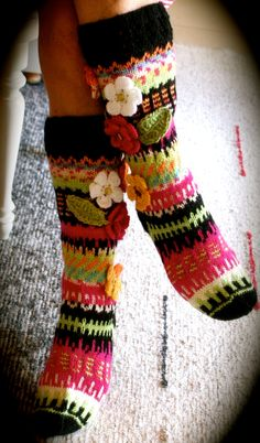 Väriä ja iloa add crochet flowers to socks ideal only Crochet Socks, Knitting Socks, Hand Knitting, Knit Crochet, Knitting Charts, Knitting Patterns, Crochet Patterns, Knitting Projects, Crochet Projects