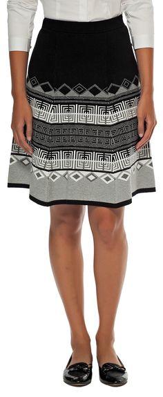 Avec une jupe taille haute; manches roulées, trois boutons défaits