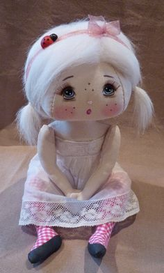 Dainty little doll! Art Jouet, Homemade Dolls, Bear Doll, Sewing Dolls, Little Doll, Doll Repaint, Fabric Dolls, Rag Dolls, Dollhouse Dolls