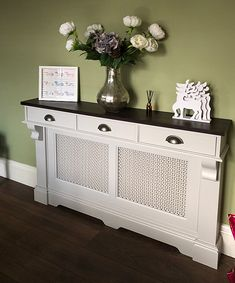 hallway decorating 150659550020396356 - radiator cover with drawers above Source by spkjoinery Bedroom Storage Cabinets, Hallway Storage, Living Room Storage, Storage Drawers, Diy Interior, Living Room Interior, Home Living Room, Living Room Designs, Hallway Console
