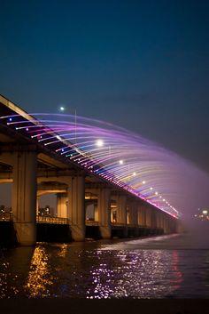Le pont de Banpo. Séoul, Corée du Sud Avec sa fontaine arc-en-ciel la plus longue du monde, cette dernière est synchronisée avec de la musique et est programmée pour se déclencher trois fois par jour pour une durée de 15 minutes.