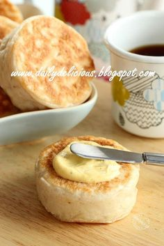 dailydelicious: Easy no oven needed bread: Crumpets by lucinda Healthy Bread Recipes, Cooking Recipes, Thai Cooking, English Bread, English Muffins, Homemade Crumpets, Bento, Crumpet Recipe, Kitchen Aid Recipes