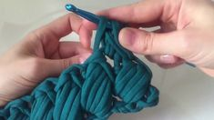 Best 12 eCrochê com fio de malha para iniciantes mbroidered, embroidery, hand e…Crochet Basket with T-shirt ya Textile Art // How to Crochet a Chunky Pillow with this Easy Video Tutorial - Salvabrani This Pin was discovered by lau Hobbies For Soft Crochet Bag Tutorials, Crochet Stitches For Beginners, Diy Crafts Crochet, Crochet Stitches Patterns, Crochet Videos, Crochet Home, Knit Crochet, Puff Stitch Crochet, Braided Scarf
