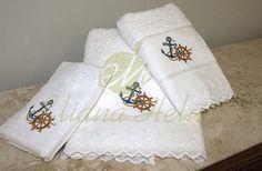 Conjunto de toalha de banho e rosto bordado com motivos náuticos. Set bath towel and embroidered face with nautical motifs.