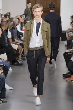 Del blanco y negro a los tonos primarios la colección Spring/Summer 2017 de Officine Generale se hace presente en la semana de la moda de París
