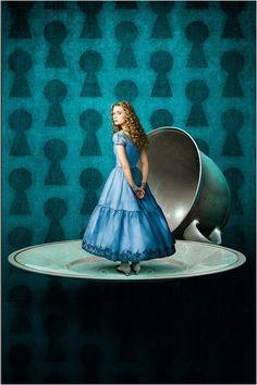 Alice au pays des Merveilles, film de Tim Burton de 2010 avec Johnny Depp, Mia Wasikowska dans le rôle d'Alice.