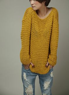 Eenvoudig is het beste - Hand gebreide vrouw trui Eco katoen Oversized in gele mosterd