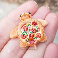 Pizza Turtles for everyone! Pizza Turtles for everyone!,Raveland Related posts:Petals Collection - ceramic artLarge Herringbone Marble Tile Floor - How To DIY It For Less - ceramic artSplatter Spoon Rest - ceramic Polymer. Polymer Clay Kawaii, Polymer Clay Charms, Polymer Clay Creations, Polymer Clay Turtle, Miniature Crafts, Miniature Food, Diy Clay, Clay Crafts, Cute Pizza