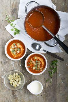 Tomatensoep - snel recept | Video - Brenda Kookt! Vegan Pasta, Bolognese, I Love Food, Chocolate Fondue, Soup Recipes, Delish, Food Porn, Low Carb, Menu