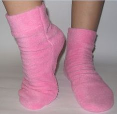 Vídeo tutorial para aprender cómo hacer calcetines de tela polar Shoe Crafts, Sewing Crafts, Sewing Projects, Slipper Socks, Slippers, Pajama Pattern, Couture Sewing, How To Make Shoes, Diy Clothing