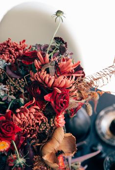 - A Wicked, Thrifted Halloween Tablescape Halloween Flowers, Chic Halloween, Halloween 2020, Holidays Halloween, Halloween Themes, Halloween Decorations, Floral Centerpieces, Floral Arrangements, Halloween Flower Arrangements