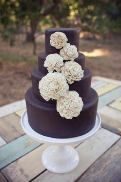 Omg this is such a pretty wedding cake!!