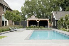 Modern-klassieke tuin met zwembad bij monumentale boerderij