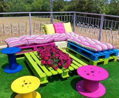 Pallet Outdoor Furniture Outdoor Pallet Seating Ideas - 13 ideas to inspire you to create amazing outdoor seating from old pallets. From the bright and colourful to the simple and rustic, it's all here. Outdoor Pallet Seating, Pallet Lounge, Pallet Sofa, Outdoor Decor, Table Seating, Pallet Chairs, Pallet Tables, Kids Seating, Patio Table