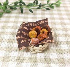 手編みのカゴに指先サイズのフレンチクルーラーやチュロスなど7種類のドーナツを詰め合わせました♡パンもカゴも手作りです。ドールハウスやシルバニアにいかがでしょうか?●カラー:茶色、黄土色●サイズ:3cm × 3cm●素材:樹脂粘土、エコクラフト、布●注意事項:小さな部品も使用していますので小さなお子様の手の届かない所に保管してください。優しいお取り扱いをお願いします。●作家名:tokosweetsミニチュアフード/ミニチュアフード/食べ物/食べ物の模型/かわいい/食品サンプル/可愛い/フェイクフード/粘土クラフト/ドールハウス/雑貨/スイーツ/スイーツデコ/精巧な作り/本物そっくり/シルバニア/おもちゃ/ミニチュアスイーツ/ミニチュアパン【配送】ゆうパック(保証・追跡サービスあり)レターパック(保証なし・追跡サービスあり)定形外郵便物…