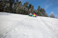 Pulkkamäki - pulkkamäki pulkkamäessä laskea hauska hauskanpito hupi iloinen ilo lumessa lumi lunta luminen rinne alas alaspäin mäenlasku mäki nautinto nauttia pulkka liukuri talvi talvinen tyttö tytöt kaksi yhdessä lapsi lapset nuori nuoret ulkoilu vapaa-aika ihminen aurinkoinen